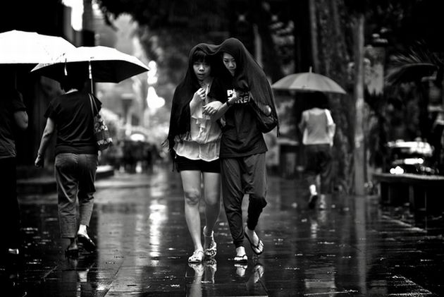 People-walking-in-the-rain-photography2